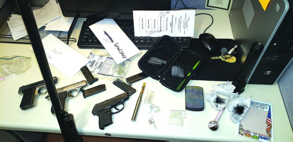 Drugs-weapons 5 arrested